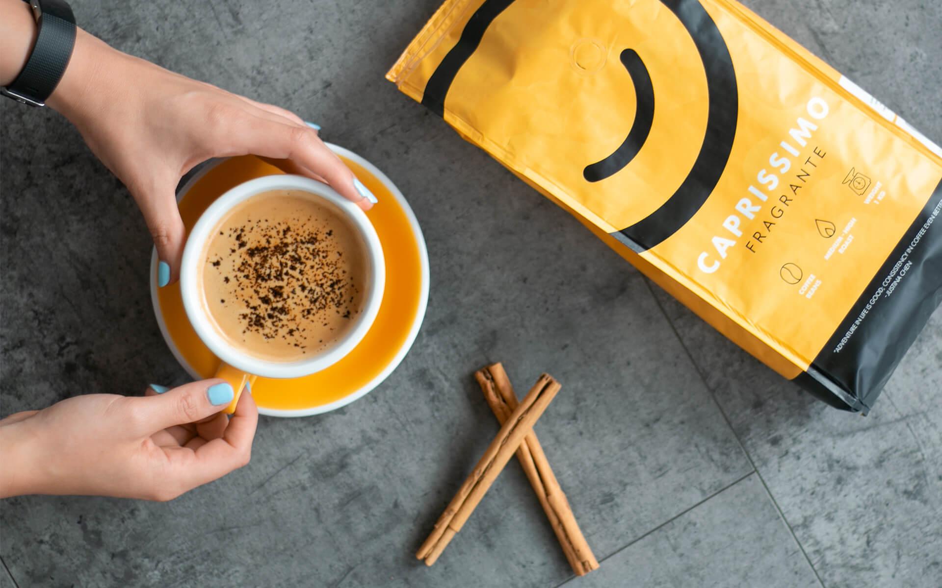 Musta kahvi kanelilla