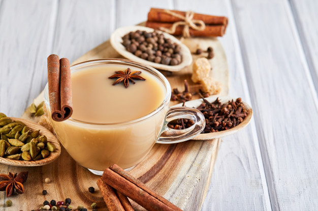 https://www.kahvikaveri.fi/app/uploads/2020/08/masala-tea-with-spices_117406-973.jpg